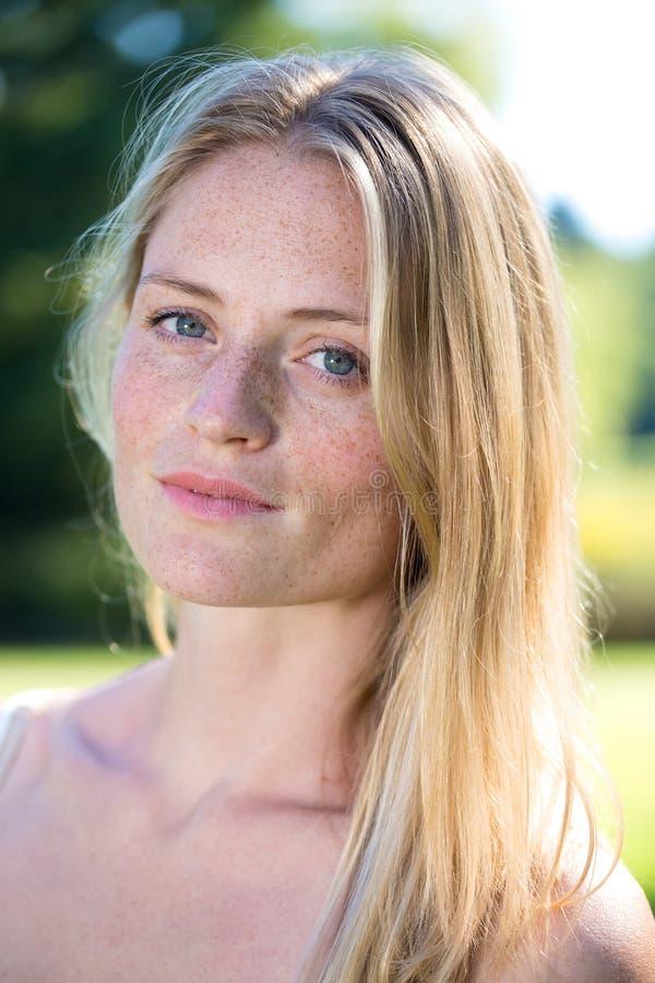 Slut upp på blond kvinna med fräknar royaltyfri foto