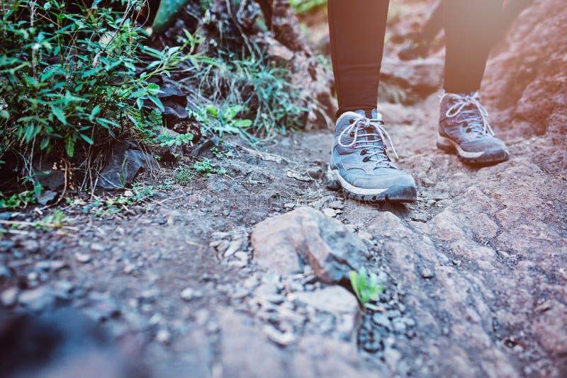 Slut upp på trekking skor för kvinna på bergslinga arkivbilder