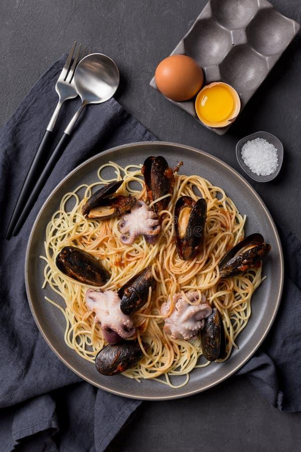 Slut upp pasta med skaldjur p? m?rk bakgrund fotografering för bildbyråer