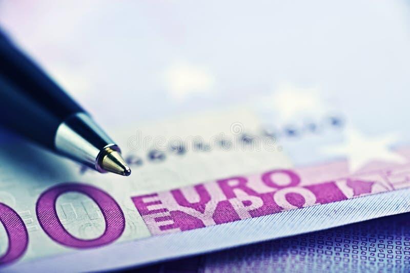 Slut upp Pen On The Money royaltyfria bilder