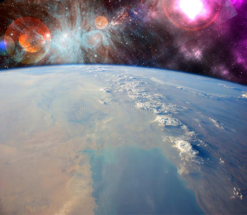 Slut upp planetjordbiosfär i utrymme med stjärnor och galax på bakgrund Beståndsdelar av denna avbildar möblerat av NASA f royaltyfri fotografi
