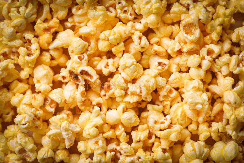 Slut upp popcorn - bästa sikt för söt bakgrund för smörpopcorntextur arkivfoto