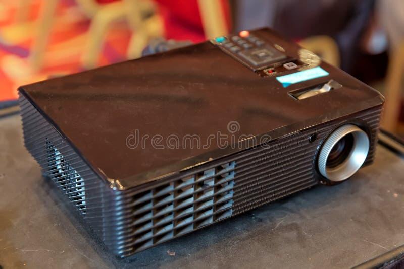 Slut upp projektorn i konferensrum Video presentation för LCD-projektorteknologi och objekt för hem- underhållning mini- ledd pro arkivbilder