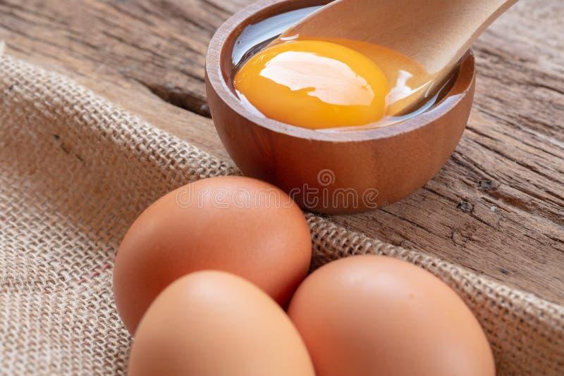 Slut upp rå fega ägg med träbakgrund arkivfoton