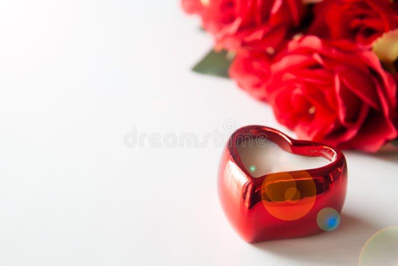 Slut upp röd hjärta på vit bakgrund med den röda rosen, valentinbegrepp royaltyfri bild