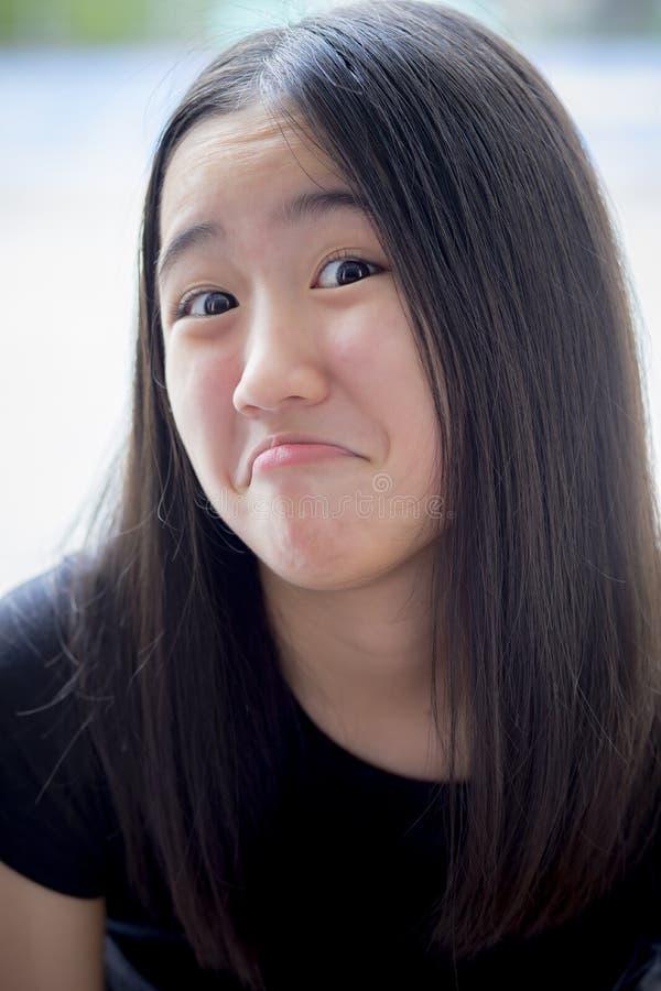 Slut upp rolig lura framsida av den asiatiska tonåringen royaltyfri fotografi