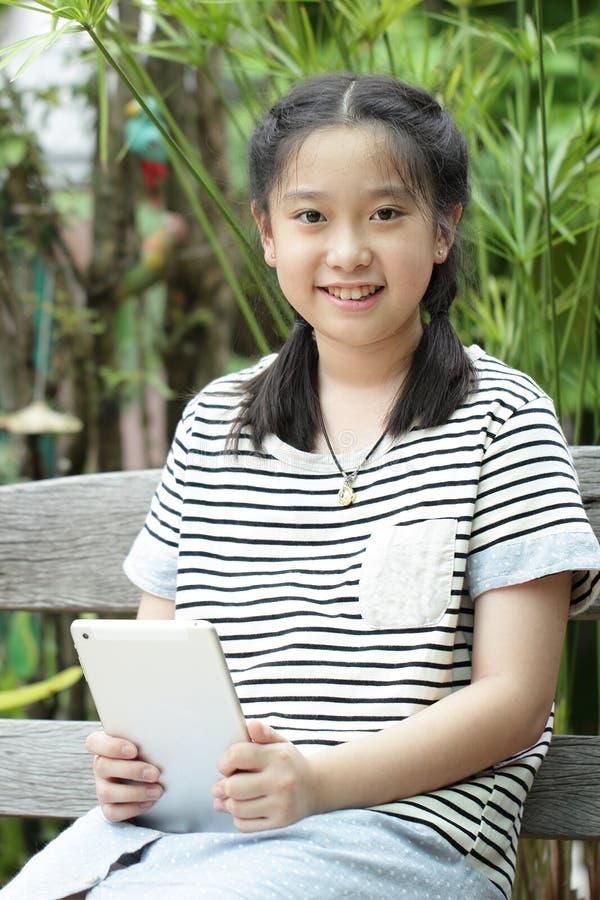 Slut upp söt thailändsk liten flicka arkivfoton