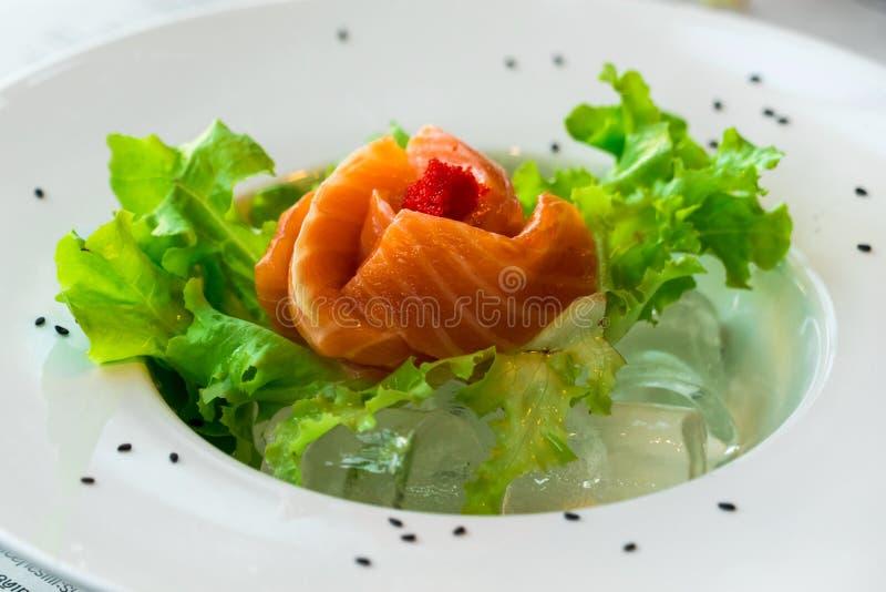 Slut upp sashimilaxen med grönsaker royaltyfri bild