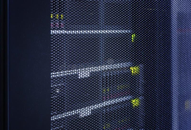 Slut upp siktsrasterdörr av den moderna värddatoren i tekniskt avancerat internetdatorhallabstrakt begrepp Servermaskinvara, nätv arkivbilder