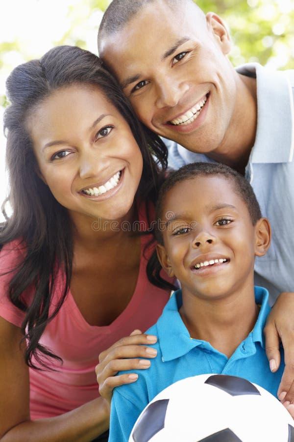 Slut upp ståenden av den unga afrikansk amerikanfamiljen royaltyfri foto