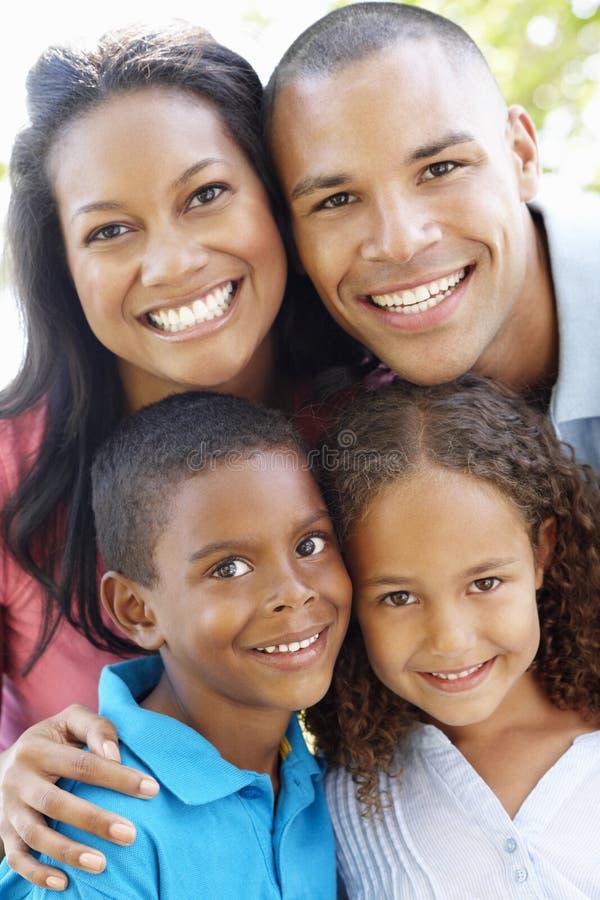 Slut upp ståenden av den unga afrikansk amerikanfamiljen royaltyfria foton