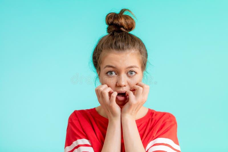 Slut upp ståenden av en härlig fruktansvärd flicka med fingrar på henne mun arkivbild