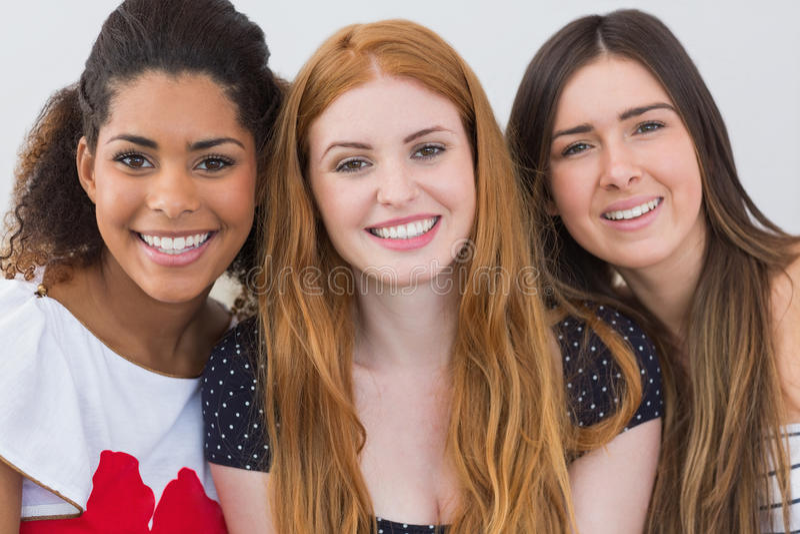 Slut upp ståenden av gladlynta kvinnliga vänner arkivfoton