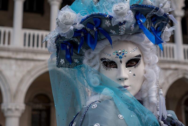Slut upp ståenden av kvinnan i härlig blåttdräkt, hatt och maskering på dogarna slott, Venedig, under karnevalet arkivfoton