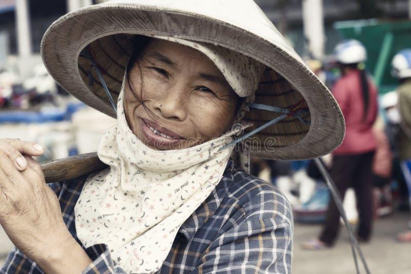 Slut upp ståenden av A som ler den vietnamesiska kvinnan royaltyfri bild