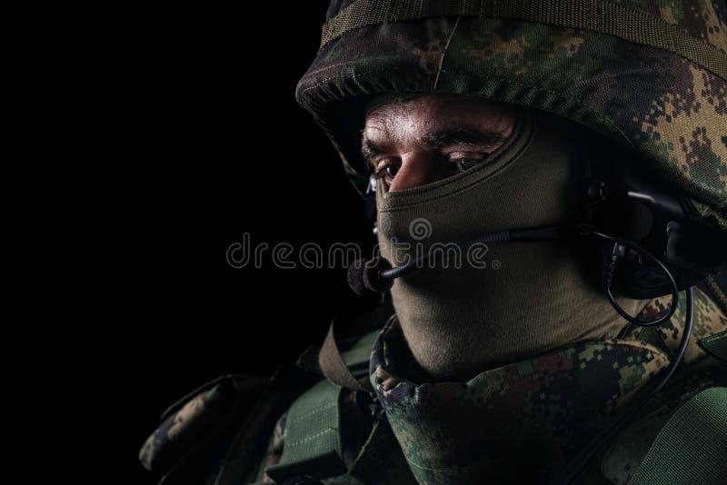 Slut upp st?enden av den stiliga milit?ra mannen Bild p? en svart bakgrund royaltyfri foto