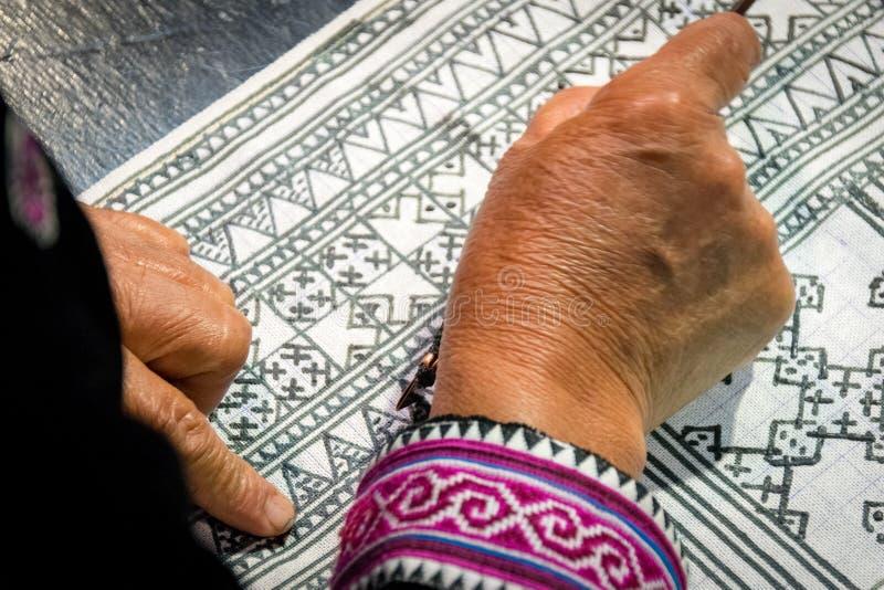 Slut upp stearinljus för Hmong hilltribehandstil till handgjord batik i Thailand royaltyfri fotografi