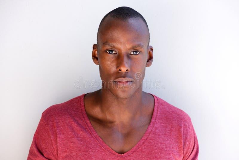 Slut upp stiligt stirra för svart man arkivfoto