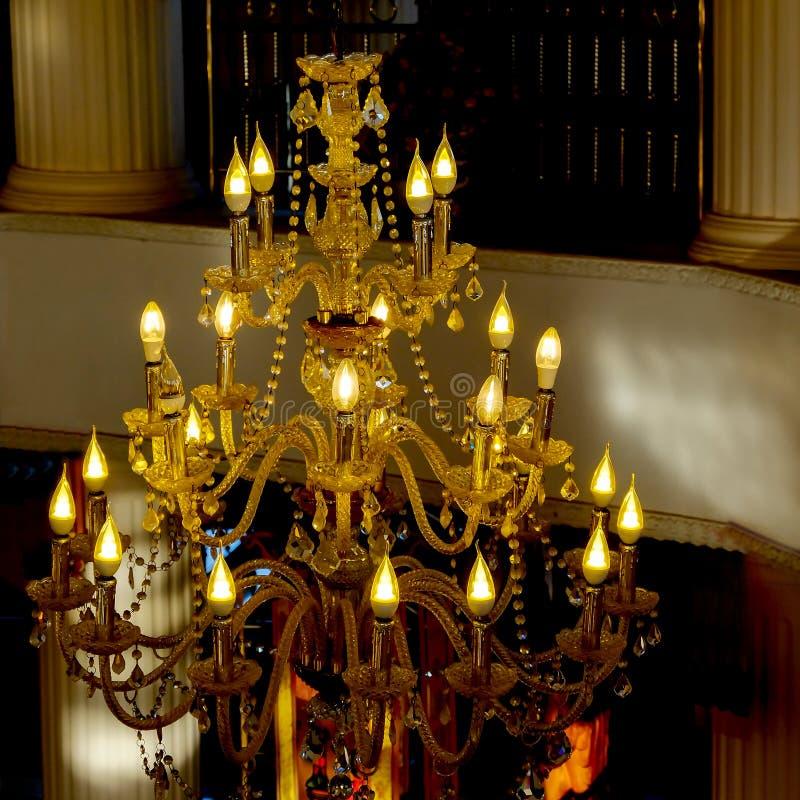 Slut upp tappningljuskronan eller takljus royaltyfri bild