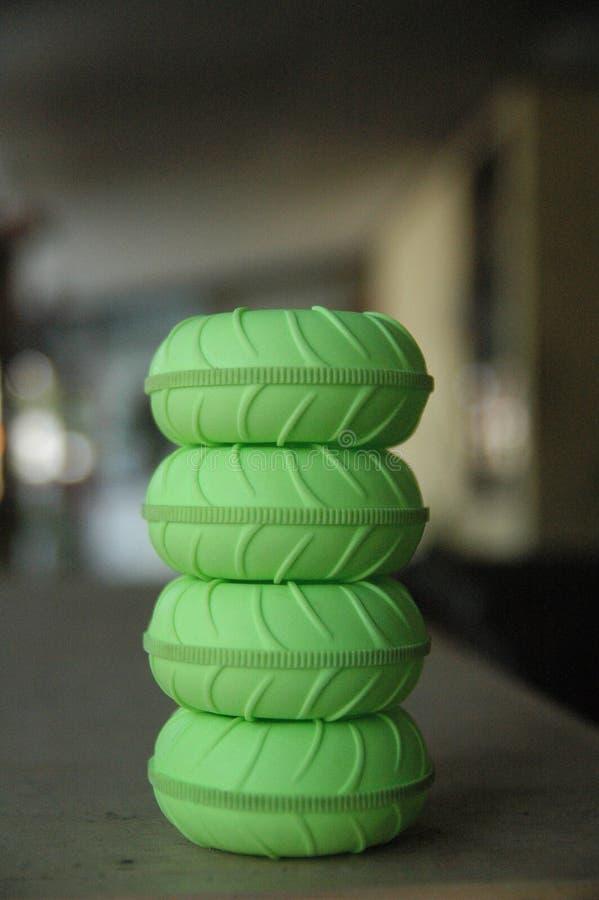 Slut upp textur för detalj för bakgrund för suddighet för gummihjulfjärrkontrollleksaker grön arkivfoton