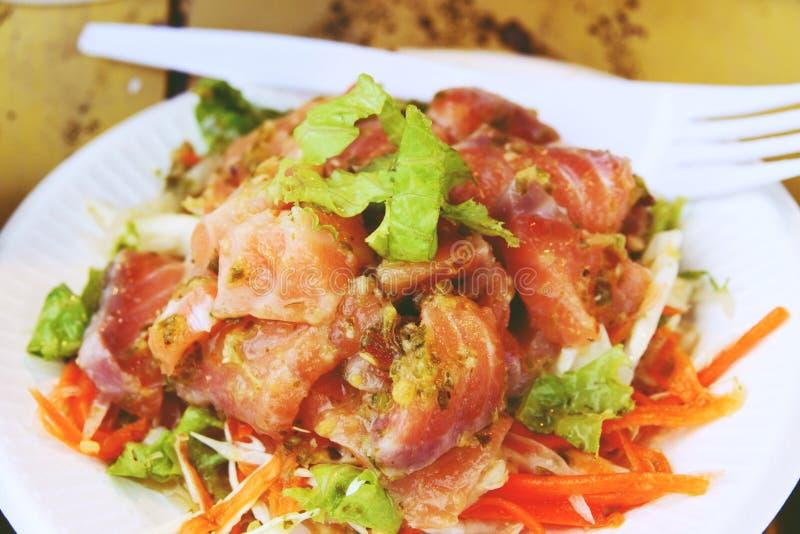 Slut upp thailändsk kryddig lax- och grönsaksallad royaltyfria foton