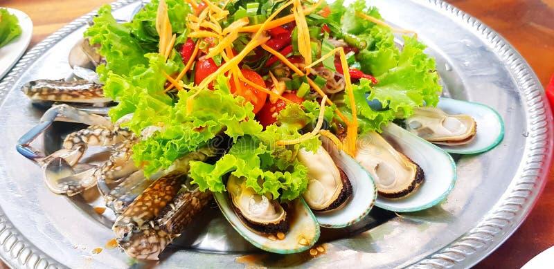 Slut upp thailändsk papayastil och grönsaksallad med den havs- nya musslan, räkan och den blåa krabban arkivbild