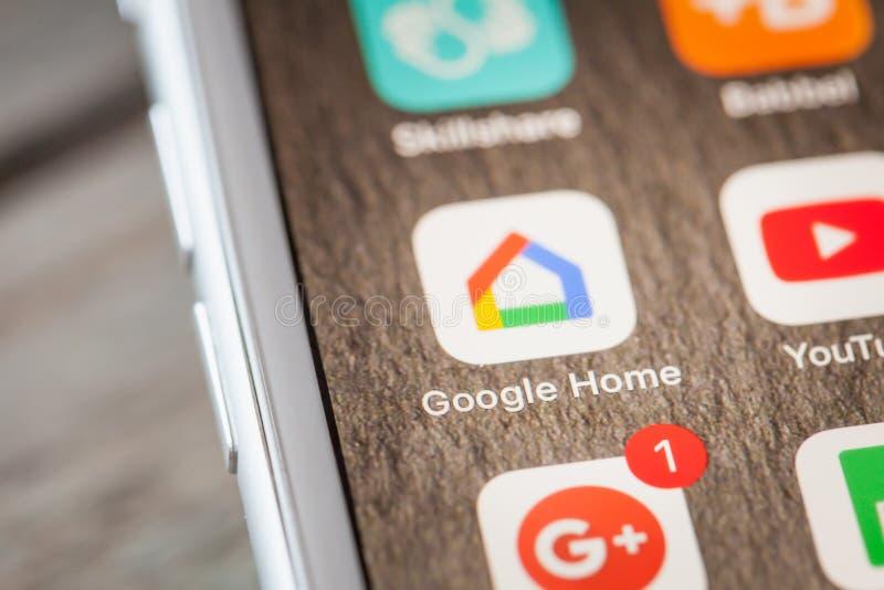 Slut upp till Google hem- app på skärmen för iPhone 7 arkivfoton