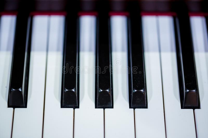 Slut upp till pianotangentbordet arkivfoto