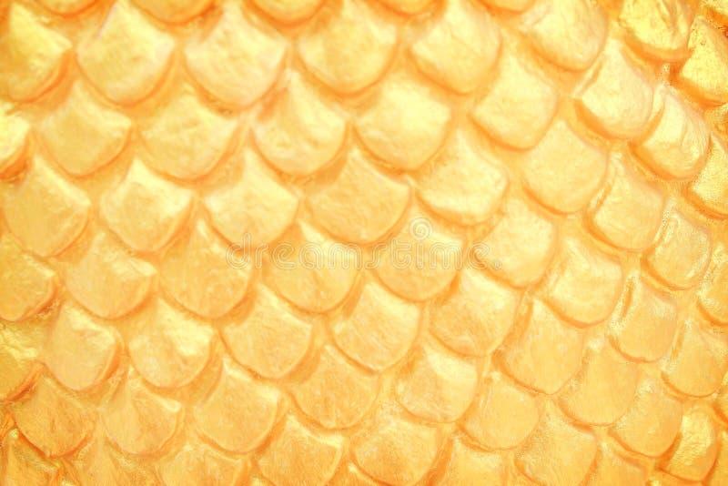 Slut upp traditionell textur för modeller för nagaskalastuckatur i den thailändska templet, guld- abstrakt bakgrund royaltyfri foto