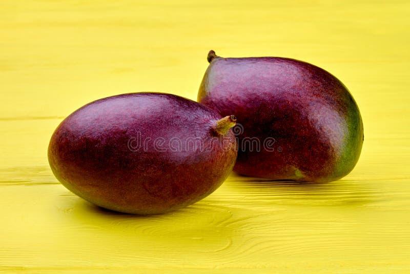 Slut upp två nya mangofrukter royaltyfria foton