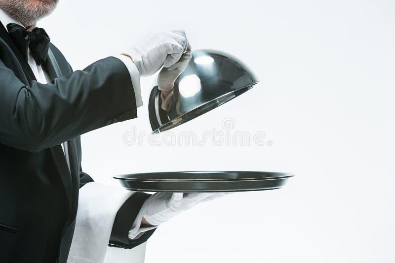 Slut upp uppassarehanden med räkningen för magasin- och metallsticklingshuslock royaltyfri bild