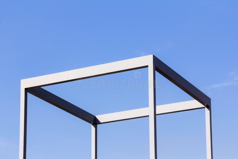Slut upp utomhus- sikt av en metallisk kubstruktur som göras av järn royaltyfri foto