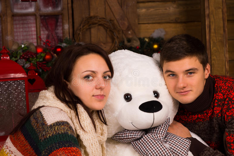 Slut upp vita par som kramar björndockan arkivbild