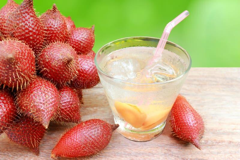 Slut upp zalaccafrukt och zalaccafruktsaft i exponeringsglas. royaltyfri foto