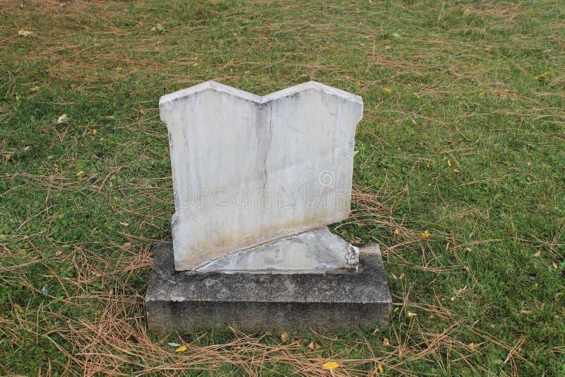 Sluta sig samman tvilling- marmorgravstenar i gammal kyrkogård royaltyfria bilder