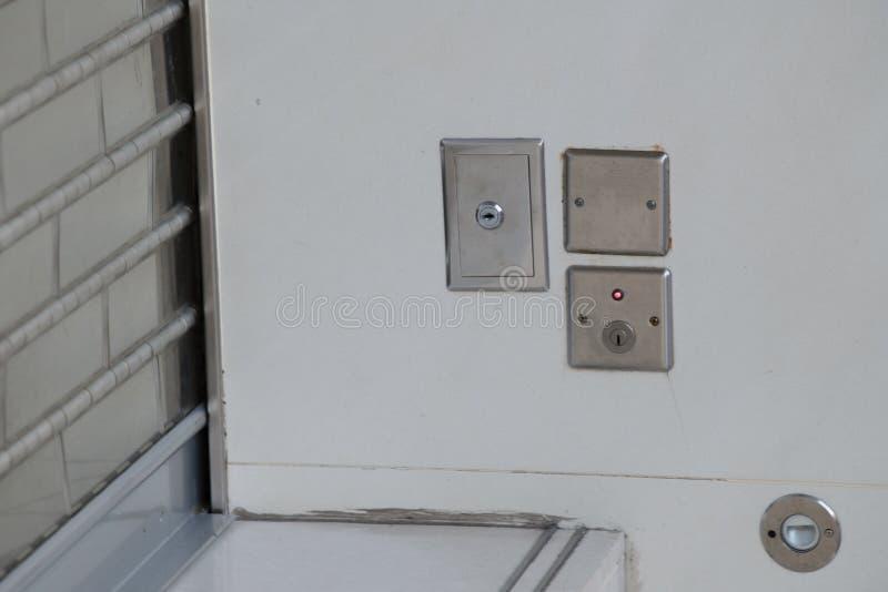 Slutare för stål för strömbrytare nyckel- rullande royaltyfri fotografi
