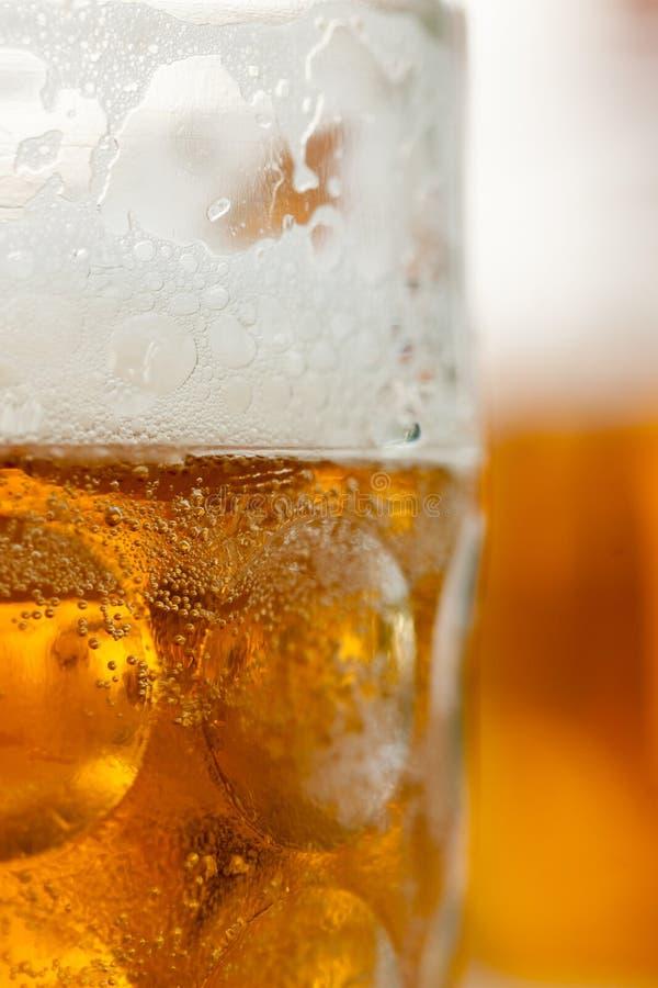 Slutet av öl rånar upp vertial med rånar i bakgrund royaltyfria foton