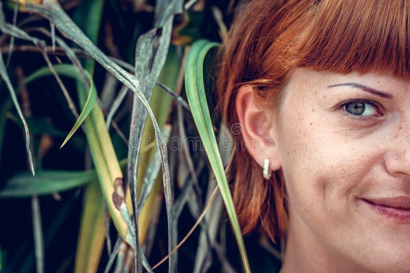 Slutet av den halva framsidaståenden av den unga härliga kvinnan på gröna blad drar tillbaka upp Tropisk ö Bali, Indonesien härli arkivbilder