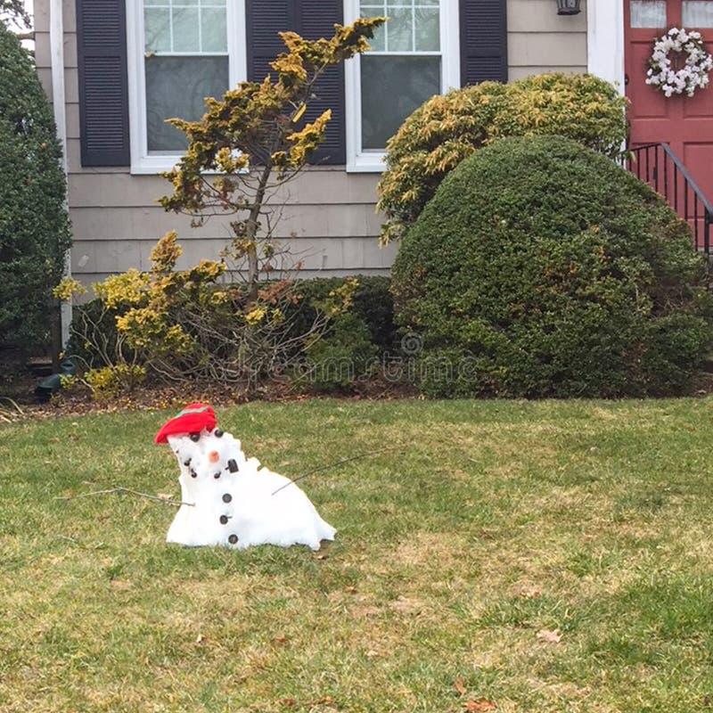Slutet av den lilla snögubben för vintern återstår royaltyfri foto