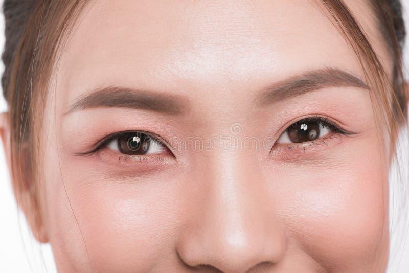Slutet av det asiatiska ögonkvinnaögonbrynet synar upp snärtar arkivfoton