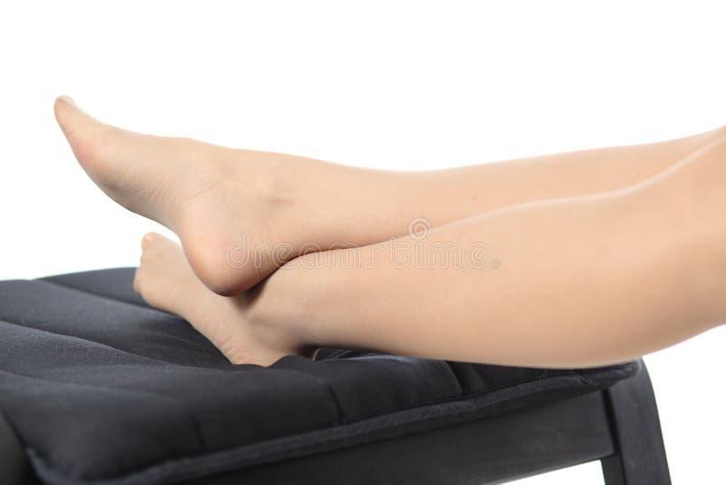 Slutet av en trött kvinna lägger benen på ryggen upp att vila royaltyfri bild