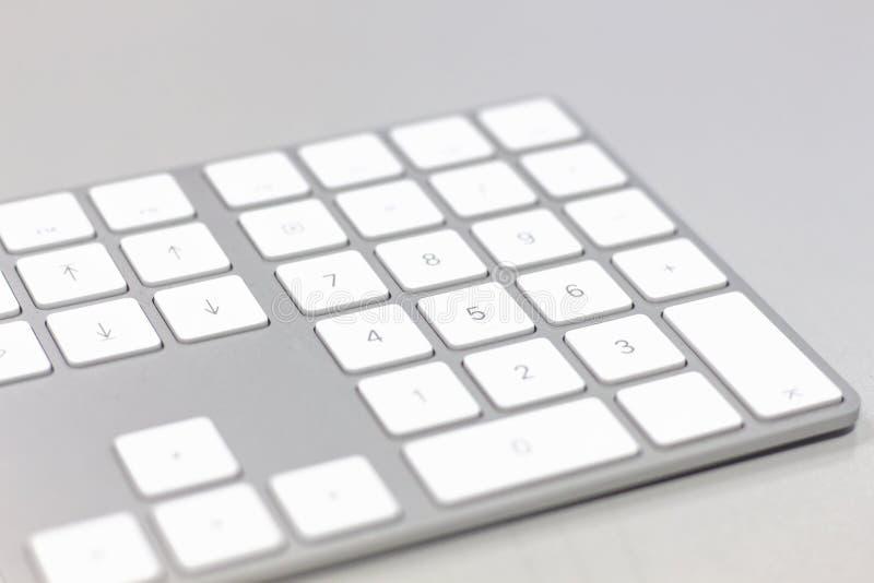 Slutet av en vitdator skrivar upp arkivbild