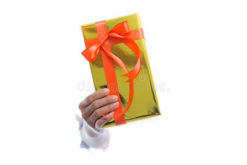 Slutet av händer rymmer upp den gröna gåvaasken isolerad på vit bakgrund arkivfoto