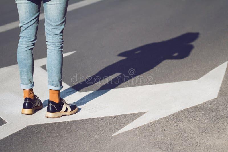 Slutet av kvinnan skor upp anseende på gatan royaltyfria bilder