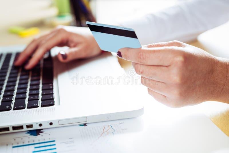 Slutet av kvinnlign räcker upp danande på linjen betalning arkivfoton