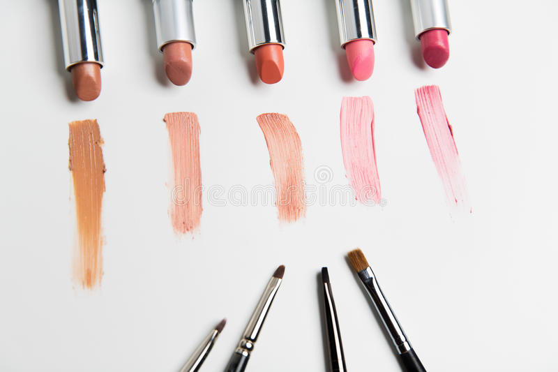 Slutet av läppstift spänner upp med makeupborstar fotografering för bildbyråer