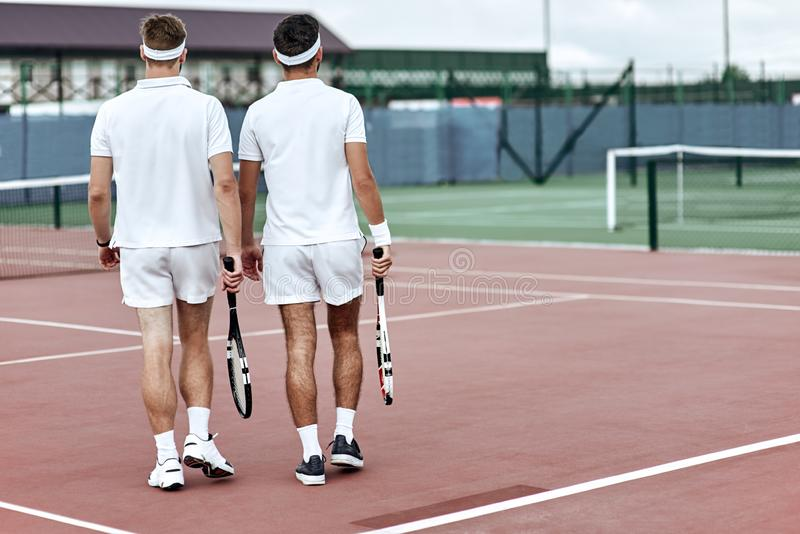 Slutet av leken Tennisspelare lämnar domstolen efter matchen royaltyfri bild