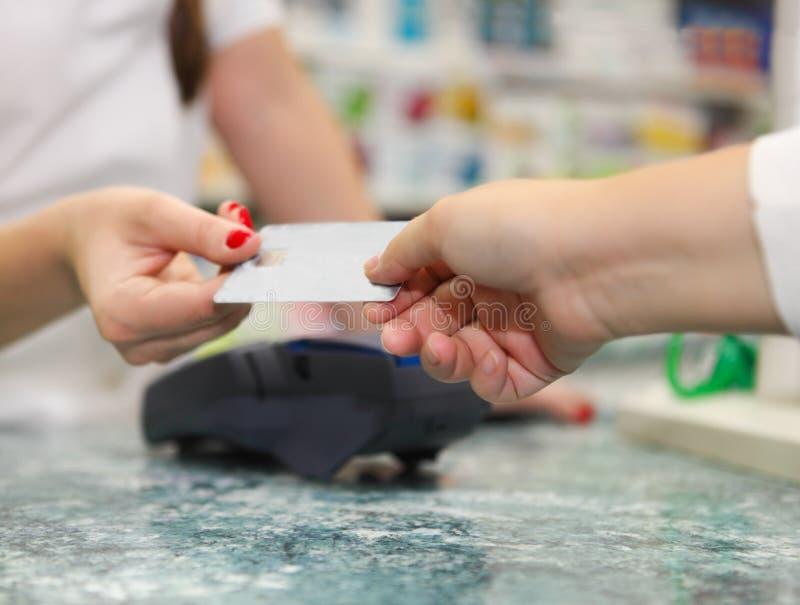 Slutet av människan räcker upp den hållande kreditkorten arkivbild