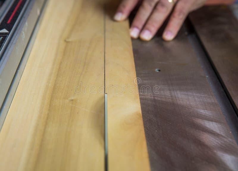 Slutet av såg upp bitande trä för bladet på tabellsågen arkivfoton