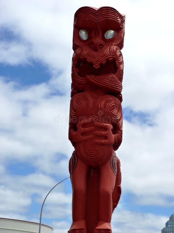 Slutet av traditionella Maori Wooden sned upp skulptur Nya Zeeland arkivfoto